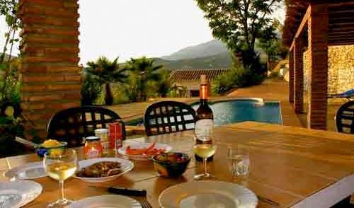 Gleich neben dem Pool gibt es einen gemütlichen Grillplatz mit Sitzmöglichkeiten und gemauertem Tisch.