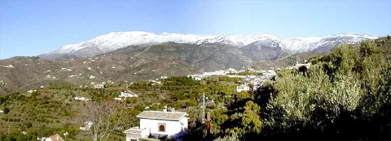 Im Winter gibt es einen tollen Blick auf den schneebedeckten Maroma (2050m).