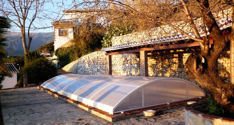 In der kälteren Jahreszeit wird der Pool mit einer Wärmepumpe beheizt