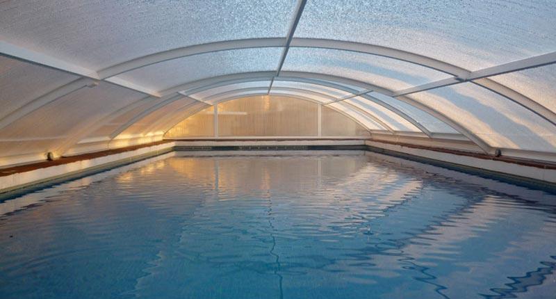 Auch im Winter kann der Pool bei angenehmen Wassertemperaturen genutzt werden.