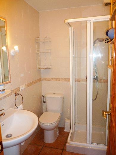 Das Bad in unteren Stockwerk.