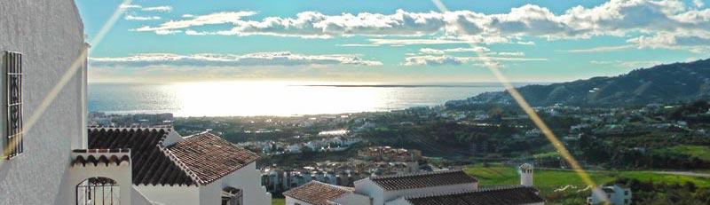 Blick von San Juan de Capistrano auf Nerja und das Mittelmeer.